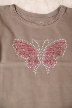 tričko s kamínkovým motýlem