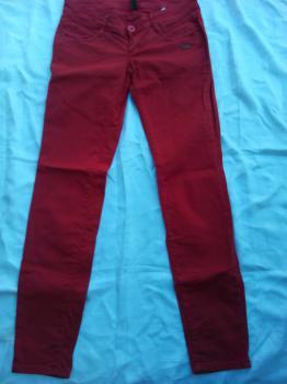 Dámské červené kalhoty.