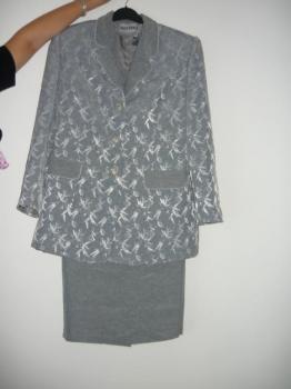 Kostým šedé barvy