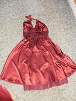 krásné společenské saténové šaty