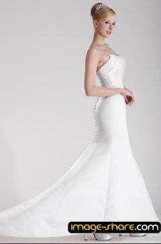 krásné svatební šaty zvýraznující štíhlou postavu