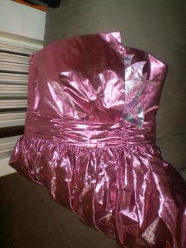 Růžové lesklé plesové šaty