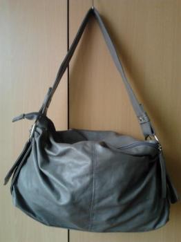 šedá koženková kabelka